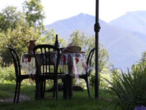 Ferme Rosane | Chambres d'hôtes Ariège Pyrénées - Une table dans le jardin